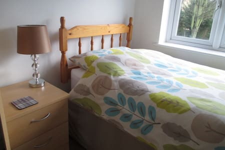 BRIGHT SINGLE ROOM CLOSE TO CITY - Bed & Breakfast