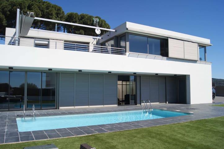 Maison à 4 vents dans quartier calme avec piscine privée et jardin