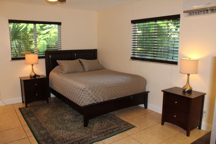Large studio for couples & business travelers!