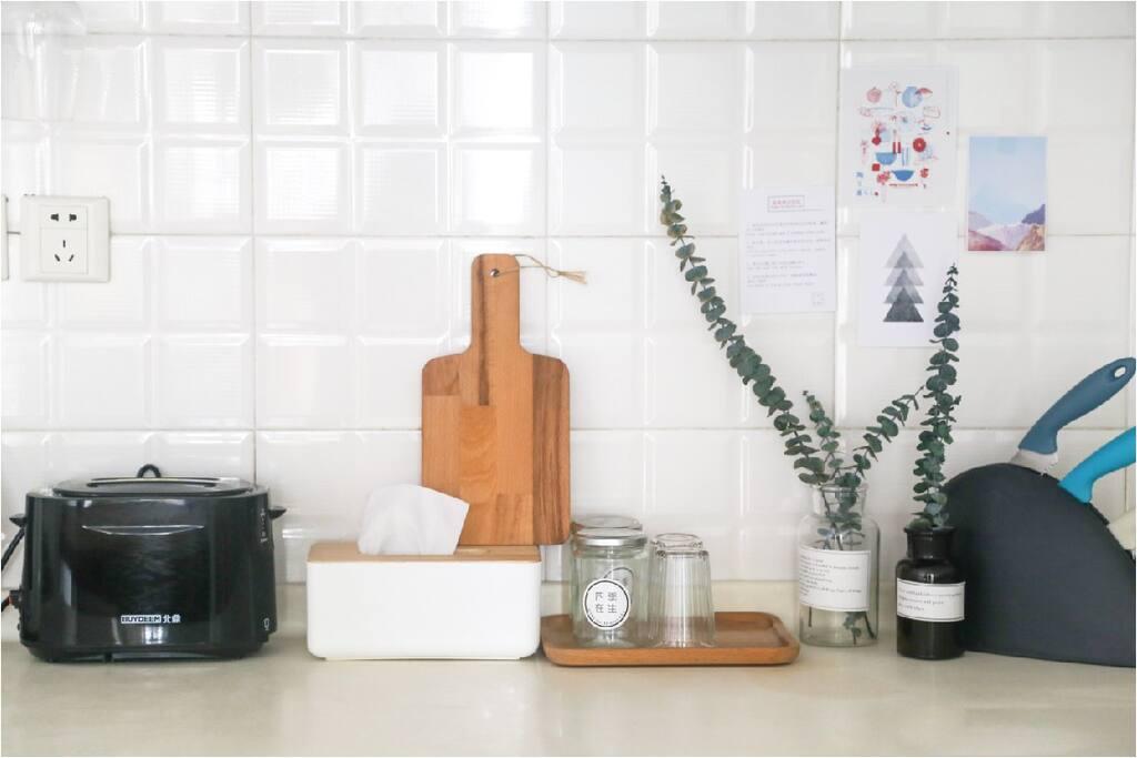厨房提供冰箱、多士炉、热水壶、电磁炉、基本的厨具、餐具等