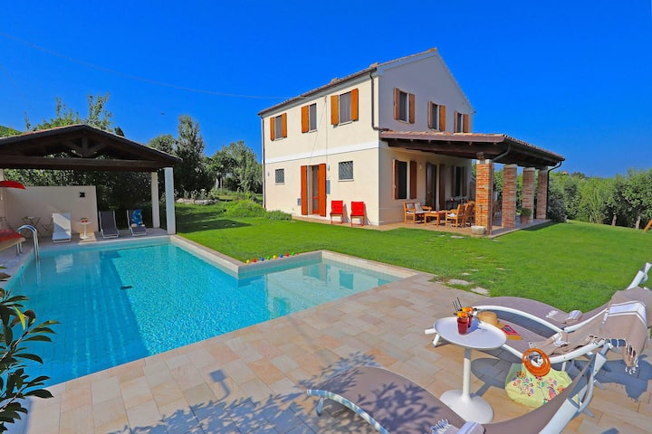 Villa with private swimming pool, near the Riviera delle Palme, hilly area