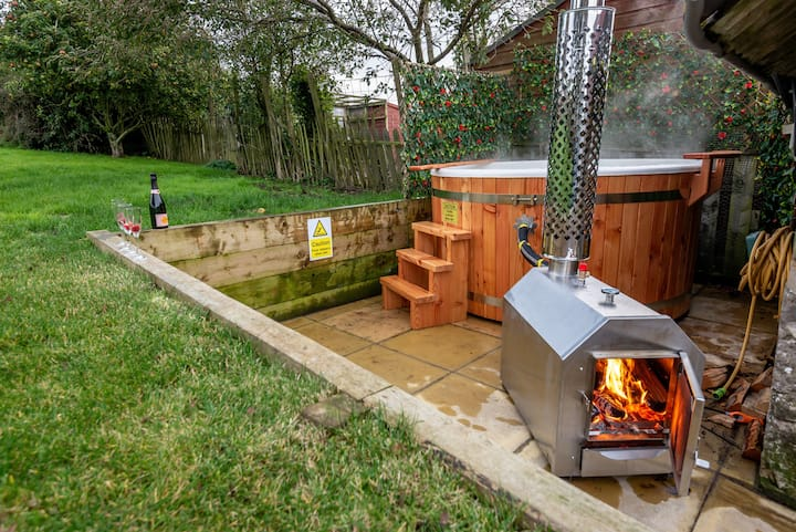 East Cottage | Wood Burning Hot Tub | Garden