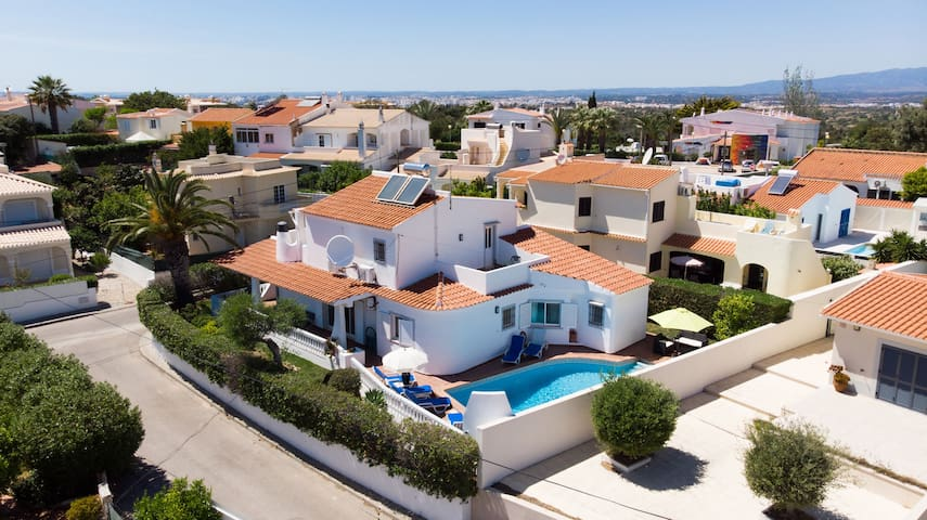 Lovely 4 Bed Villa With Pool Close To Amenities