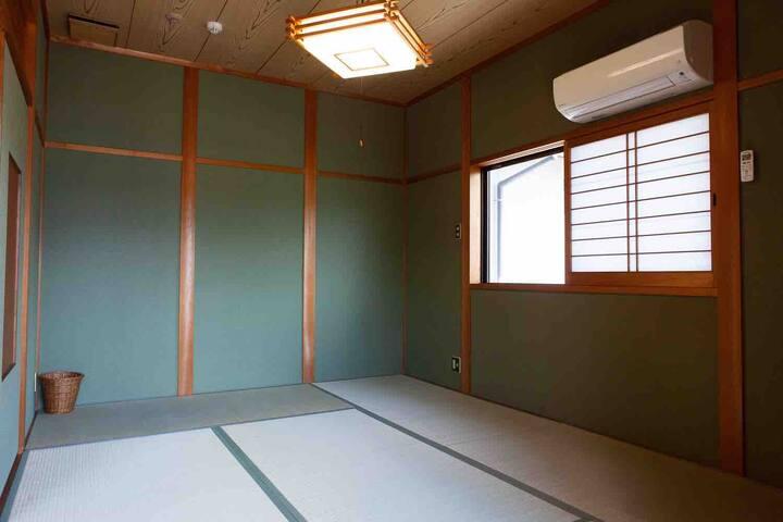 寝室2。お布団を敷いて休むお部屋。全ての部屋の畳を7月31日に新調しました