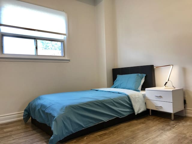 Cozy Bedroom, Trinity Bellwoods, Downtown Toronto