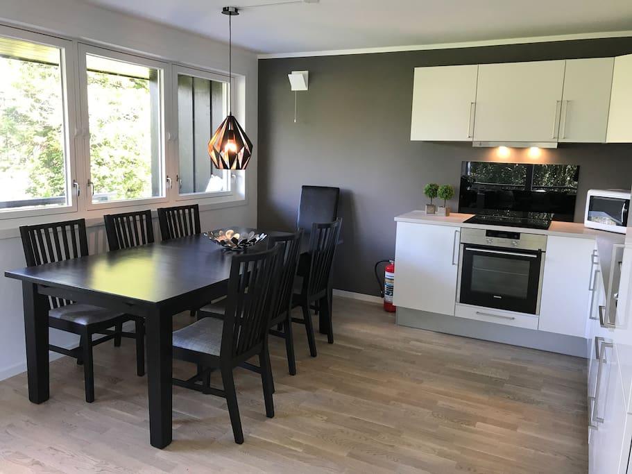 Kjøkken med spisestue (bordet kan dras ut til 12 personer)