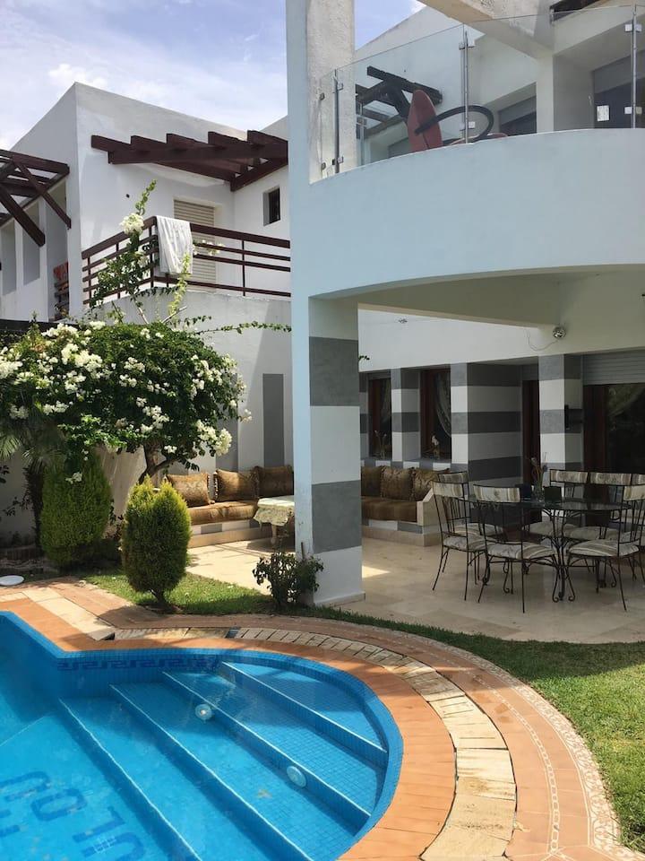 une tres belle villa avec piscines prêt de plage