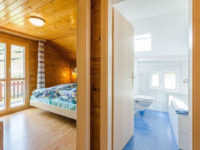 Zimmer mit 2 Betten und Balkon - Bad/WC