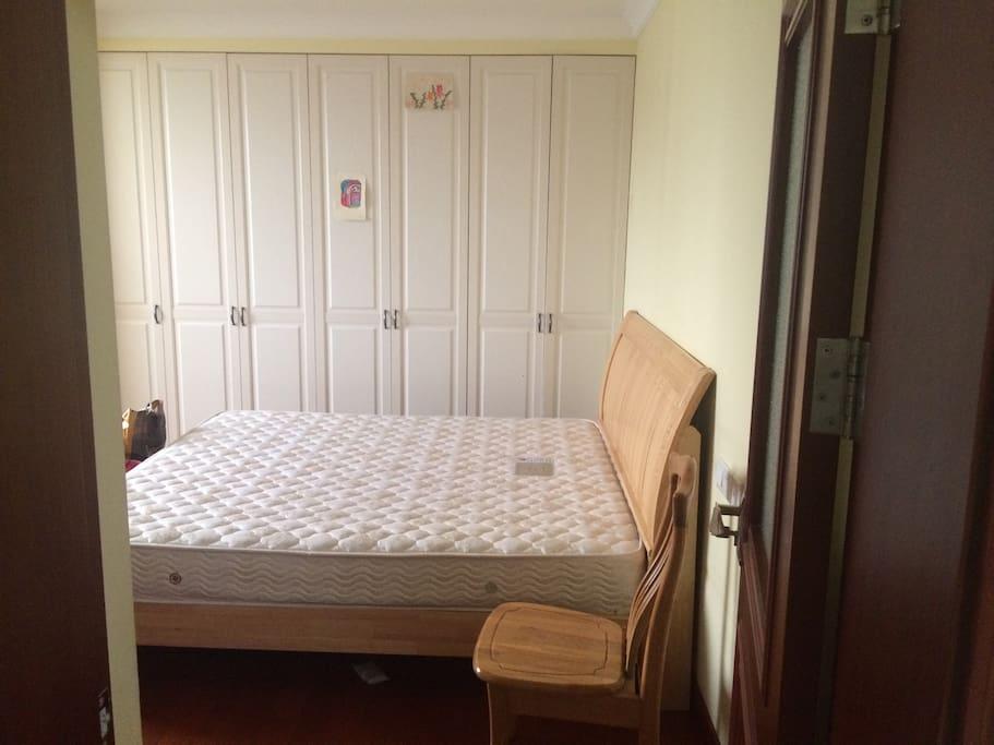 2米大床,无遮挡的视角,躺在床前可以欣赏蓝天白云或是璀璨夜景