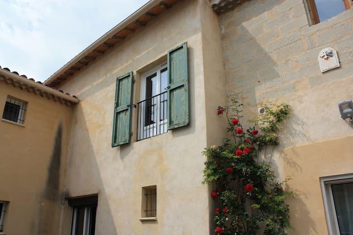 Provencal house in a quiet area near Avignon