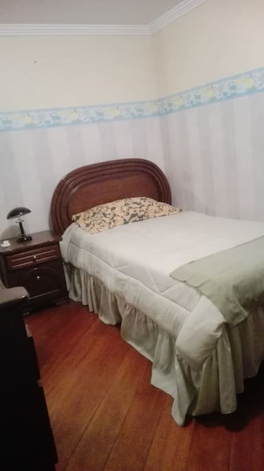 Habitación individual, cómoda y acogedora. Está bien iluminada.