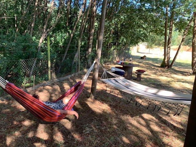 Confortable área de relax. Ideal para relajarse en un entorno privado junto a la naturaleza.