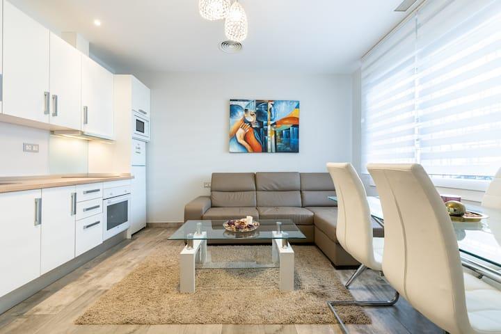 Modern Apartment Carihuela 3 on the Beach, Balcony, Wi-Fi & Air Conditioning