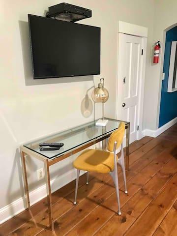 Desk Area/TV