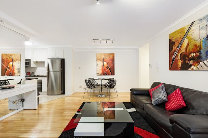 Modern Apartment with courtyard & parking