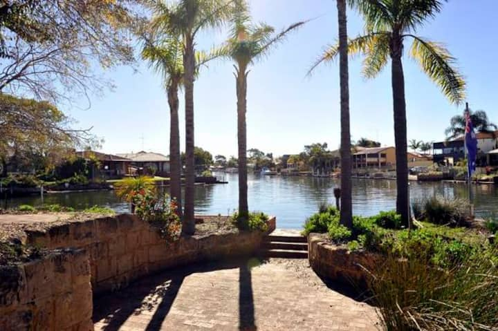 Waterfront Holiday Rental-Beautiful Canal Home