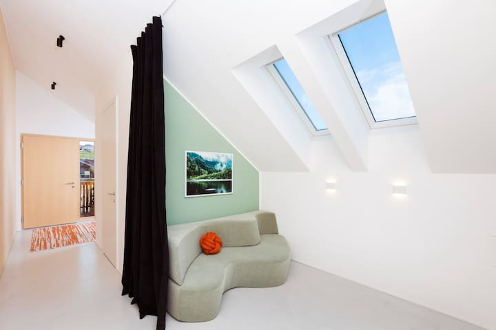 TV-Bereich - mit Couch, die ganz einfach in ein zusätzliches Bett für zwei Personen verwandelt werden kann