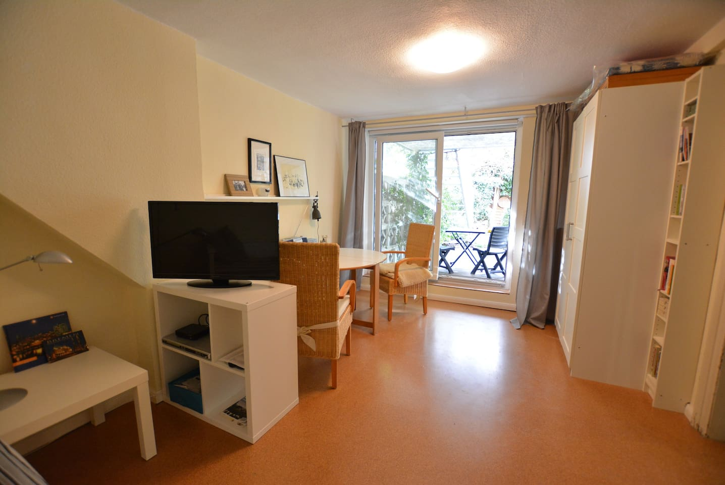 Living and sleeping room with garden access -  Wohn-/Schlafzimmer mit Gartenzugang