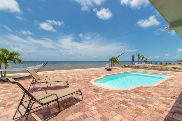 Tortuga Haven, Luxury Ocean Front Retreat with Rooftop Observatory Deck
