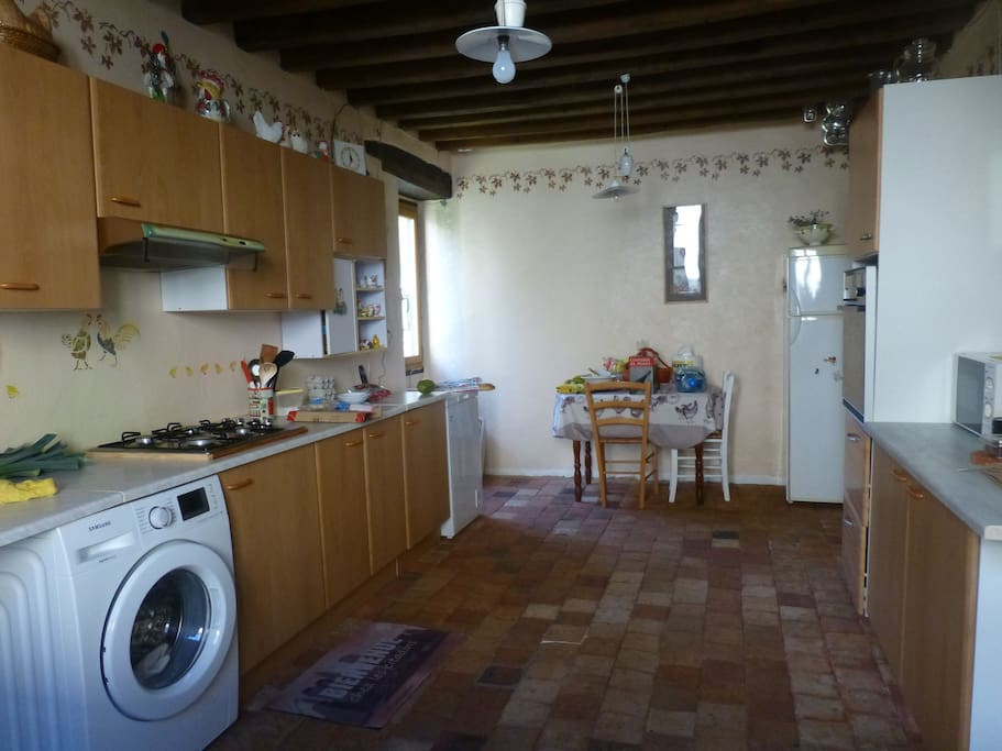 cuisine équipée 19m2, deux fenêtres.