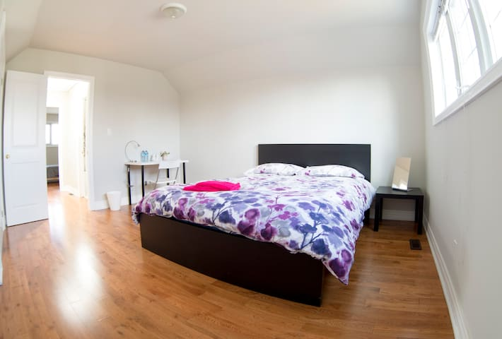 Comfort Room No. 1 near Pearson Airport! - Mississauga - Casa
