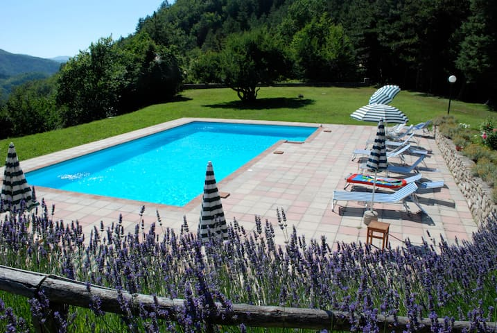 Cottage with pool-with-a-view in the Tuscan woods - Marradi - Hus
