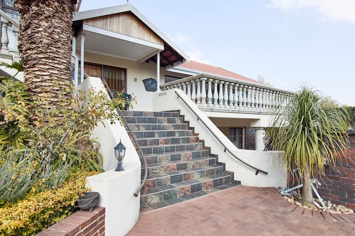 Homestead Lake Cottage and Guest House - Benoni - Bed & Breakfast