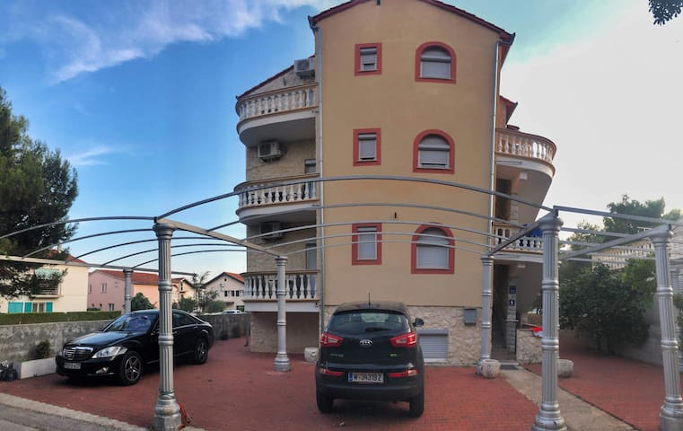 Vila sadrzi 8 apartmana za 4 osobe