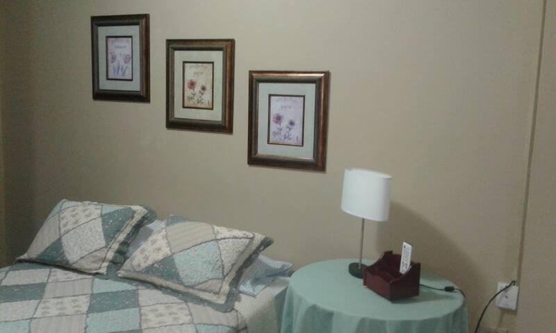 Habitación cómoda en lugar seguro