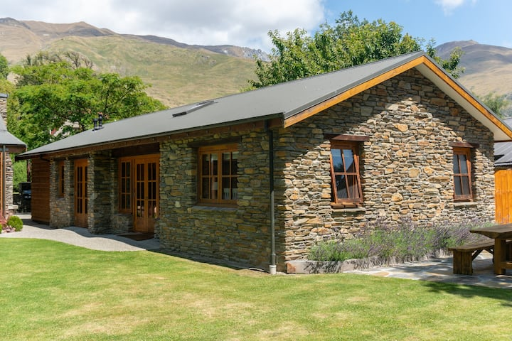 Wanaka Schist Cottage with all you need to relax..
