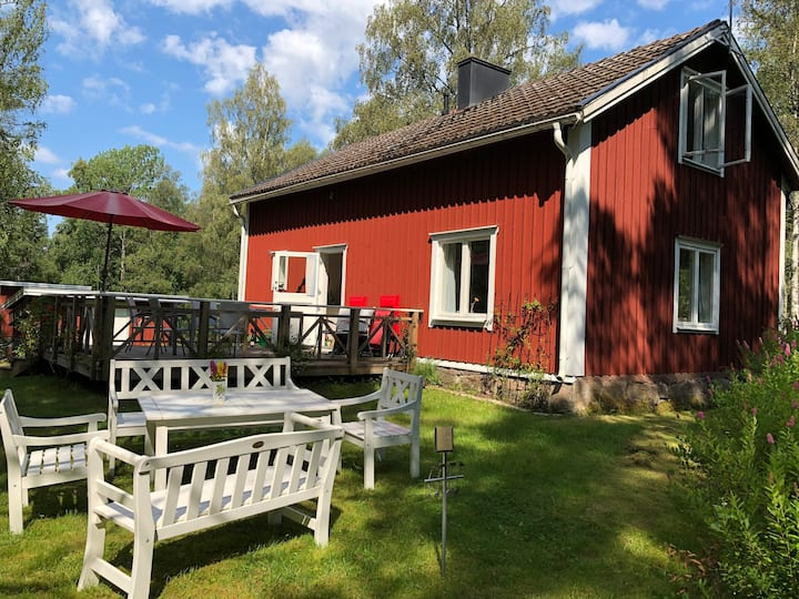 Well-equipped lovely cottage with forest and lakes