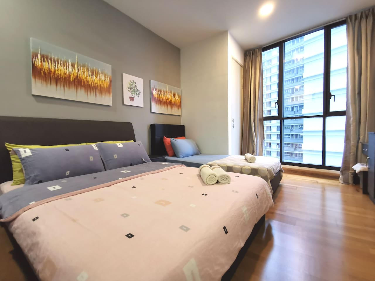 Master bedroom with 1 queen bed & 1 single bed (for 3 persons) Equipped with 1 wardrobe and dressing table (with mirror) 主卧室,1个双人床及1个单人床,有衣柜,梳妆台带镜及凳子