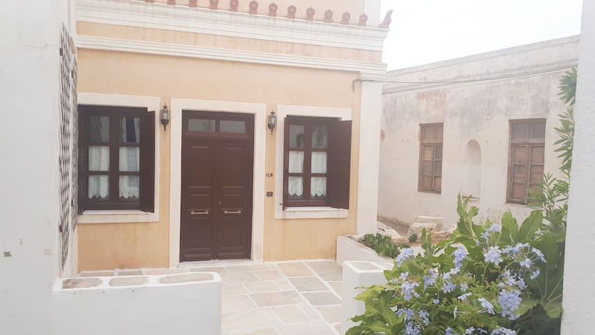Traditional house in Lefkes Paros