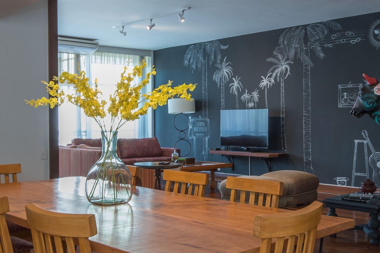 """Ampla sala em três ambiente,  decoração moderna , conforto , ar condicionado, tv 58"""" a cabo, paredes interativas ,onde os hóspedes tem seu espaço para anotar e deixar suas mensagens!!!"""
