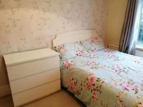 Double bedroom close to Wakefield / Leeds