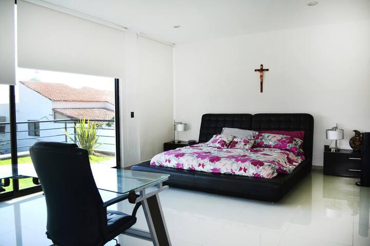 Recamara principal con acceso directo al área de alberca, con vestidor y baño completo. Master bedroom with direct access to the pool area, dressing room and bathroom.