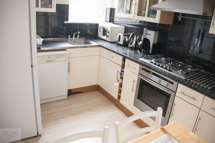 Spacious 3 Bed Aptmt, 10-15 mins to Central London
