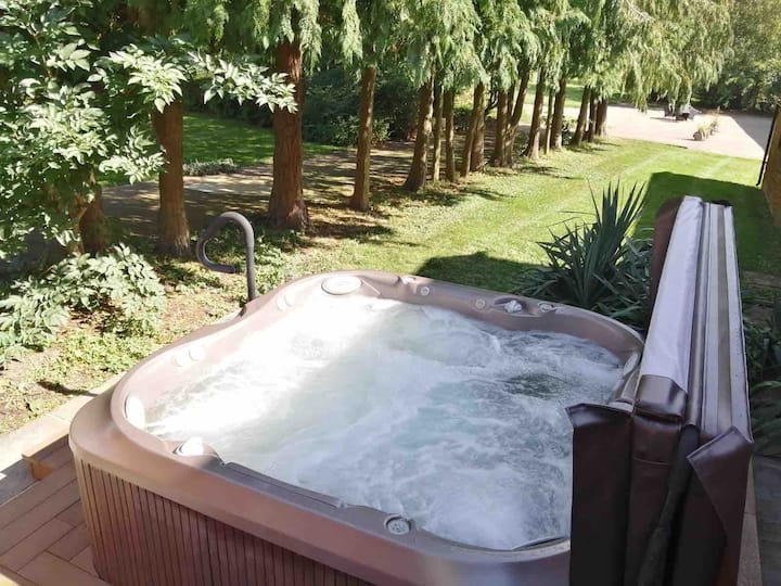 Luxury country accommodation with Hot Tub Jacuzzi