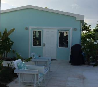 Aqua Dreams Guest Cottage on beach - George Town - Bungalow