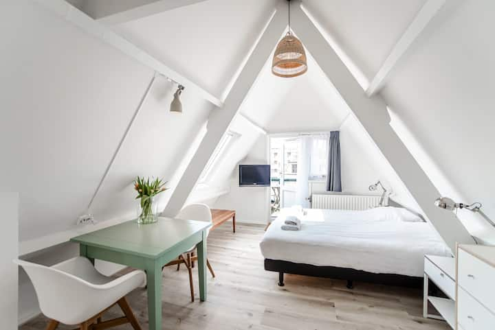 Brederode 4 - Cosy attic studio with balcony