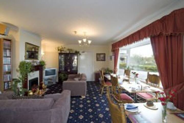 lovely family room with excellent views over loch - Connel - Bed & Breakfast