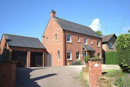Lovely large 6 bdrm house ideal for Silverstone F1 - Kislingbury