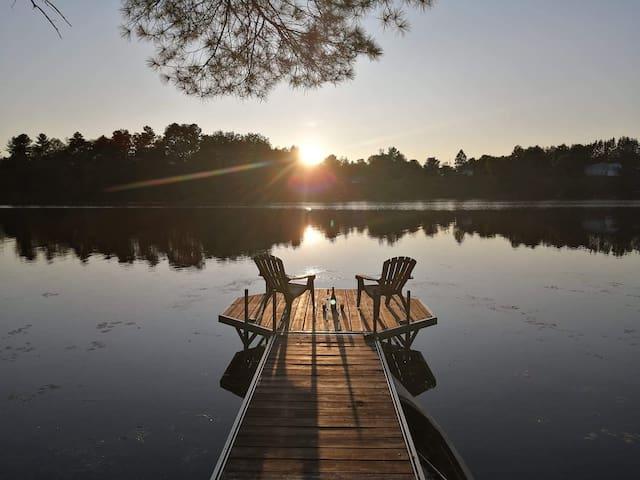 Magnifique updated lakefront chalet.