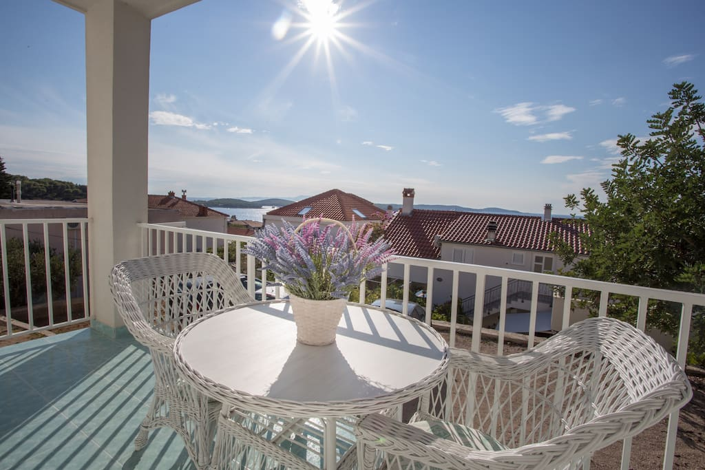 Enjoy on the spacious balcony during your vacation!