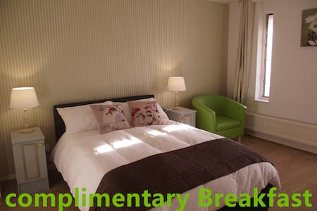Room Central MK-Complementary Breakfast - 米尔顿凯恩斯 - 连栋住宅