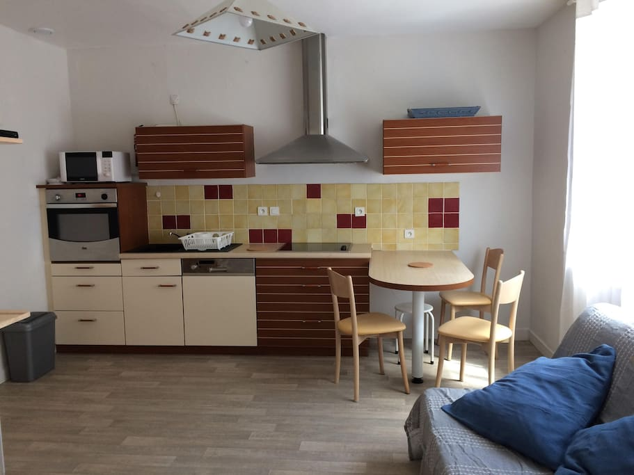 salle cuisine et canapé lit