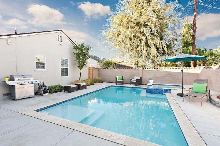 Vacation in Style!  Resort Living! Heated Pool