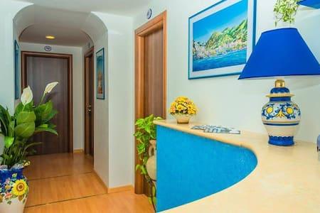 MareLuna Guest House Comfort Room - Maiori Centre - ไมโอริ - ที่พักพร้อมอาหารเช้า