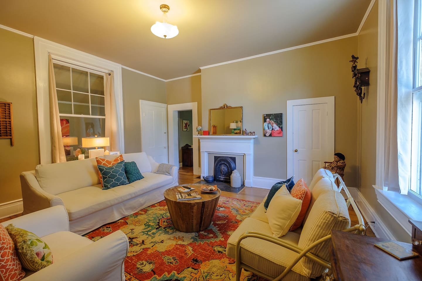 Living room with 2 couches, Smart TV & Lots of Conversation!
