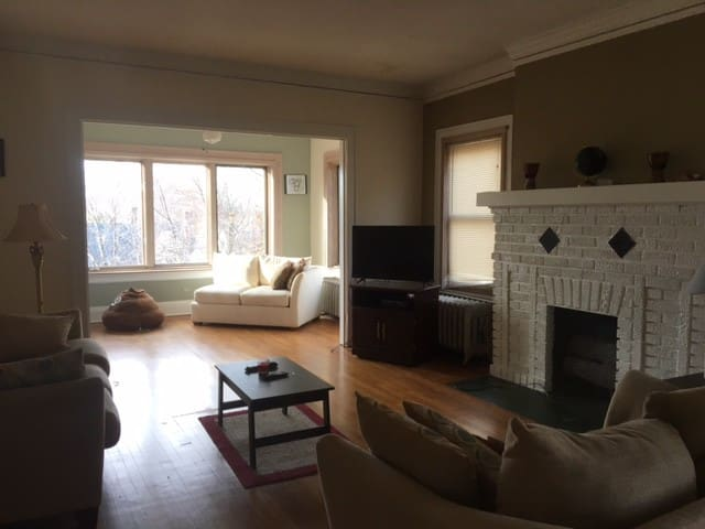 Homey 3rd Floor Apartment, Two Bedroom w/fullbath - Cleveland Heights - Leilighet